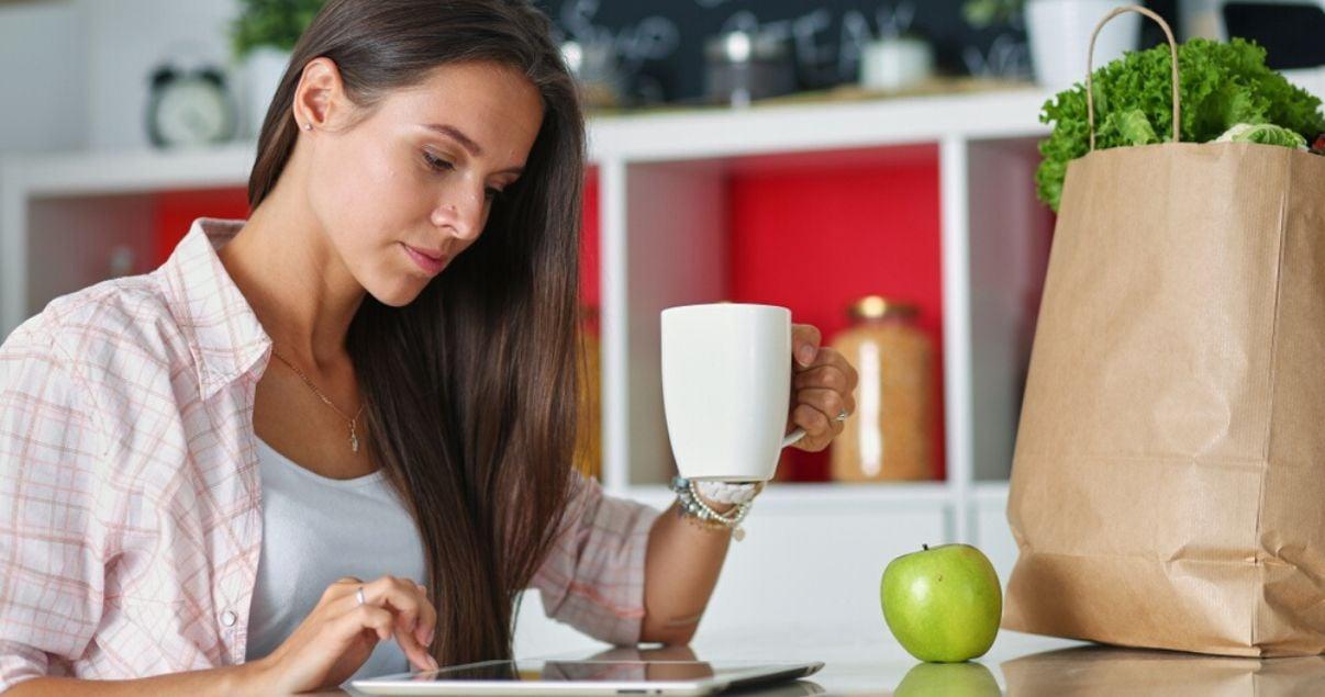 Mujer jóven completando una encuesta de satisfaccion laboral sobre la importancia de empleados motivados