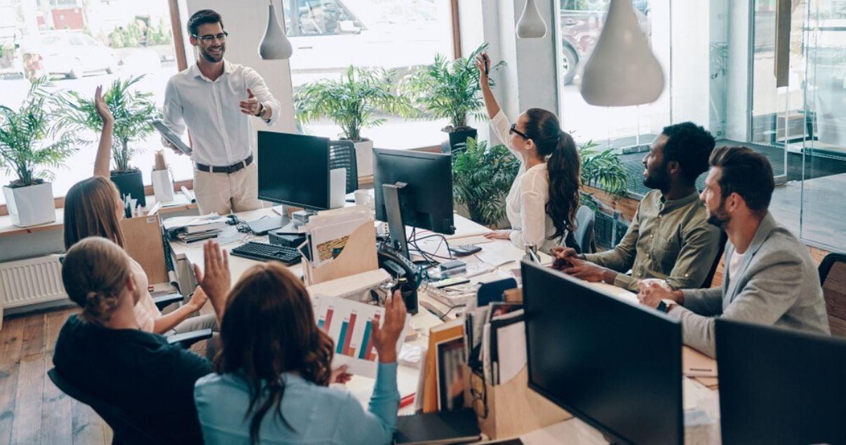 Hombre explicando a sus colaboradores los resultados de las encuestas de recursos humanos y employee experience