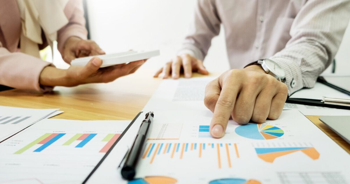 Hombre señalando los beneficios de una empresa al tener empleados motivados