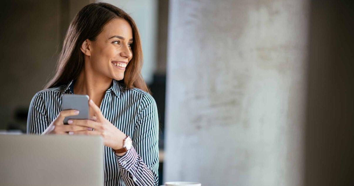 Mujer pensando en cómo crear una experiencia significativa para los colaboradores de su empresa