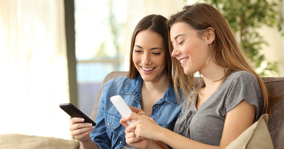 Dos colaboradoras de una empresa leyendo sobre la importancia de tener empleados motivados